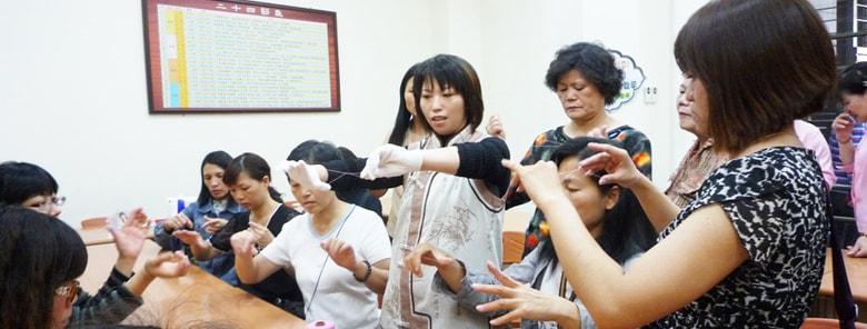 蝶式糸除毛を教えるシャオ先生